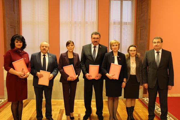 Члены Постоянной комиссии по бюджету и финансам с Министром финансов Амариным В.В. сразу после принятия бюджета страны на 2018 год.