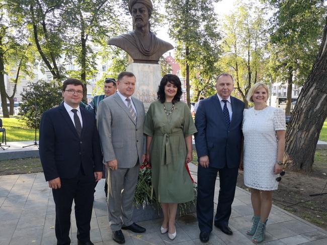 На открытии памятника Алишеру Навои
