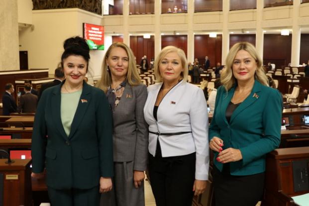С коллегами - депутатами в Овальном зале на заседании 4 октября  2021 года