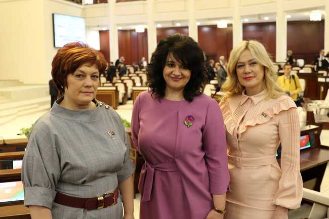 В день 25-летия Конституции Республики Беларусь в Овальном зале.